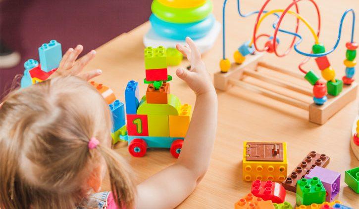 ילדת גן משחקת בצעצועים