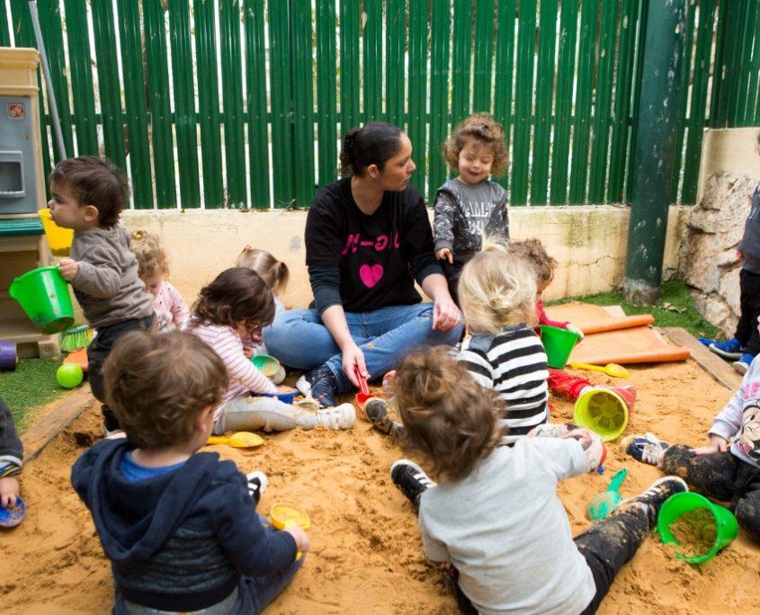 משחקים בחול עם הגננת