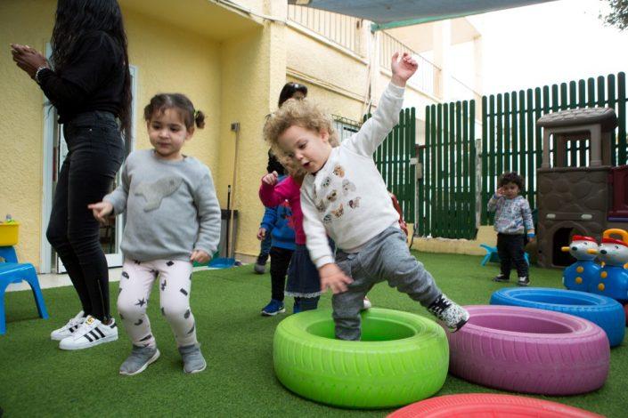 משחקים בחצר בטופ-גן
